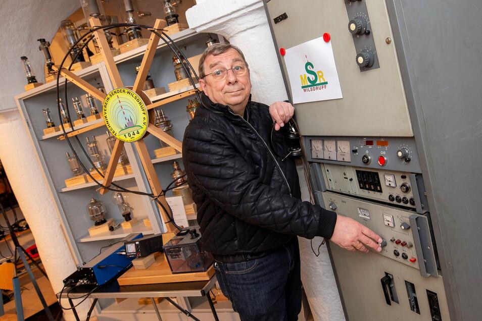 Jürgen Juhrig, Vorsitzender des Technikvereins Wilsdruff, steht vor einer historischen Sende- und Empfängereinheit, die reaktiviert werden könnte.