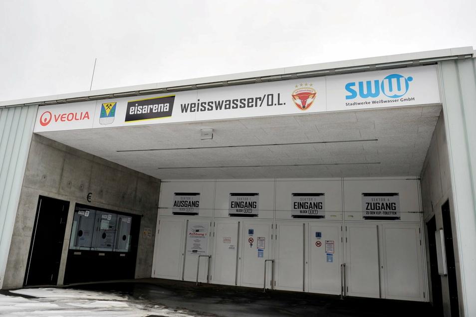 """Über dem Eingang zur Eisarena in Weißwasser prangen die wichtigsten Sponsoren. Das rote """"W"""" oder der Schriftzug """"weeEisarena"""" fehlen nach wie vor."""