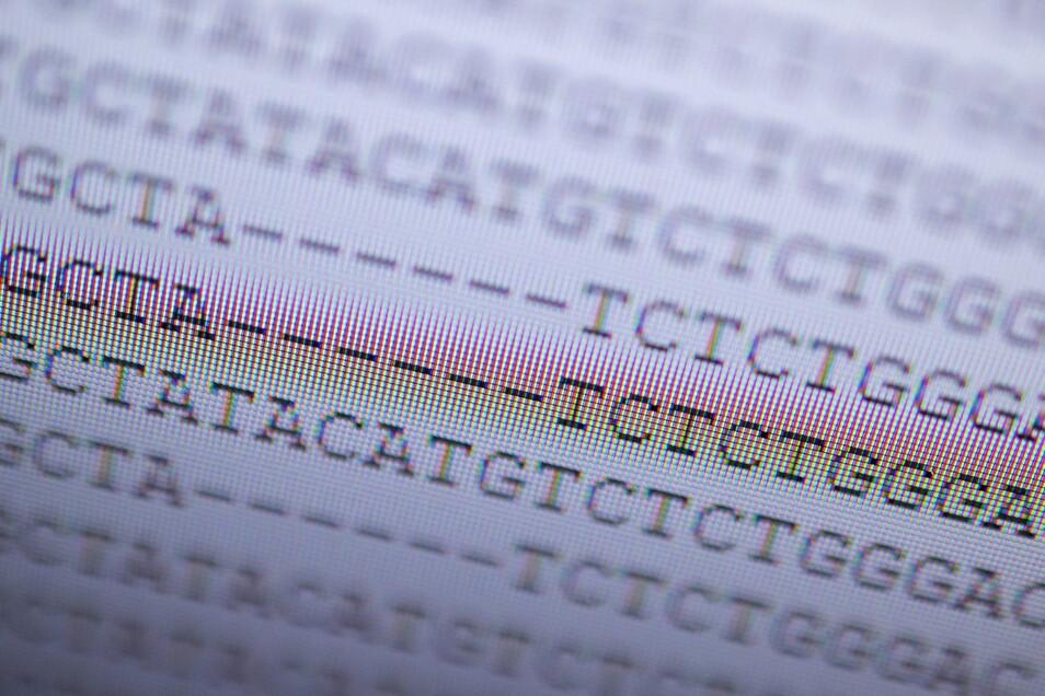 Auf einem Bildschirm wird die DNA-Analyse eines mutierten Coronavirus angezeigt.