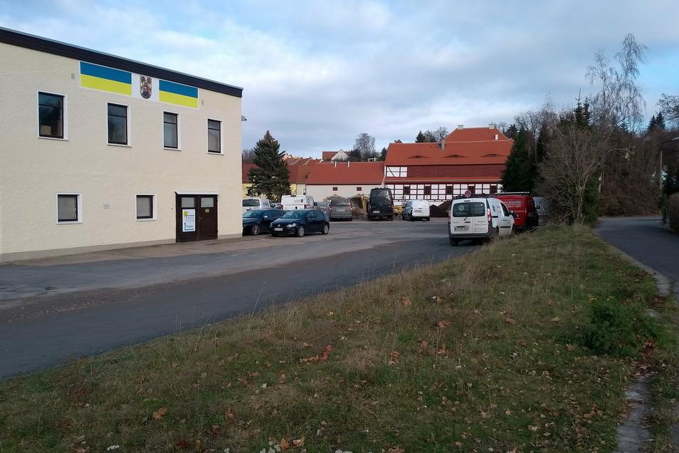 Auf diesem Areal entsteht ein neuer Weg, der im kommenden Jahr den Bahnhof und das Lohgerbermuseum (Bildmitte) verbinden soll.