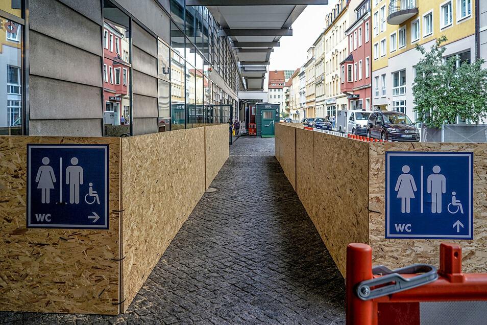 Während des Umbaus der Sanitäranlagen stehen in der Schulstraße provisorische Toiletten.