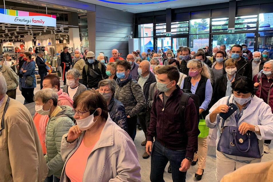 Scheunenhofcenter Pirna: Am Mittwochmorgen fluten die ersten Kunden ins neue Einkaufszentrum.