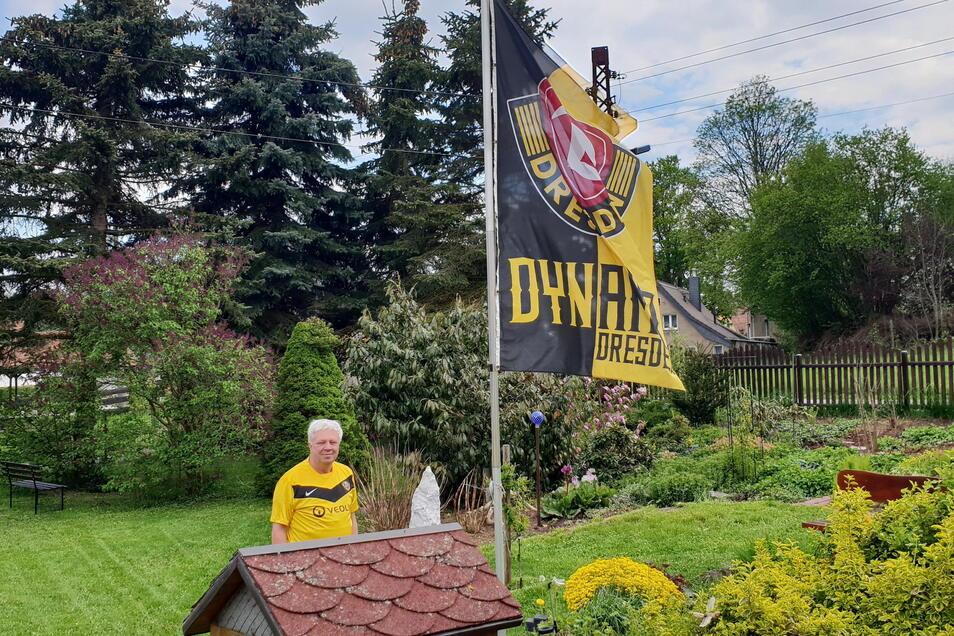 Im Garten von Holger Wenzel in Seifhennersdorf weht eine große Dynamo-Fahne.