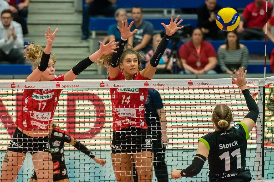 Hier standen sie sich noch gegenüber, in der kommenden Saison spielt zumindest Camilla Weitzel (l.) mit Maja Storck (r.) zusammen. Die Zukunft von Nikola Radosova (M.) ist noch offen.