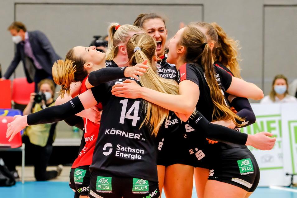 Helle Freude: Die Frauen des Dresdner SC bejubeln am Samstag den ersten Saisonsieg über Titelfavorit Stuttgart.