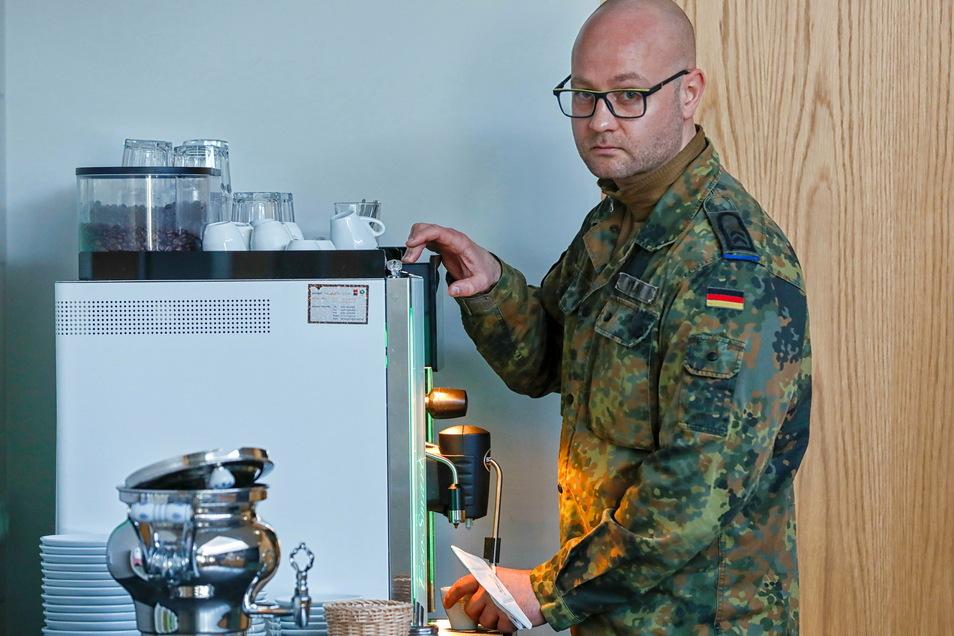 Noch schnell einen Kaffee, bevor es wieder zum Dienst geht: Oberfeldwebel Robert Staatz ist seit drei Monaten als Sanitäter auf der Corona-Station im Zittauer Krankenhaus im Einsatz.