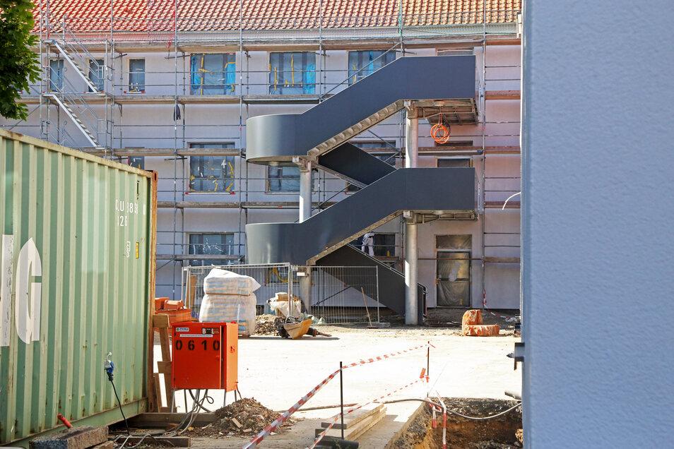 Die Rückseite des Haupthauses. Vor allem die Dämmung wurde modernisiert. Mitte Juni könnte das Gerüst bereits verschwinden.