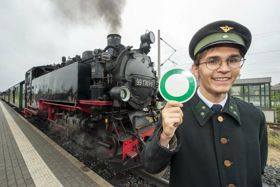 Lukas Kuntzsch von der Radebeuler Traditionsbahn trägt die Uniform Königlich-Sächsischen Staatseisenbahn.