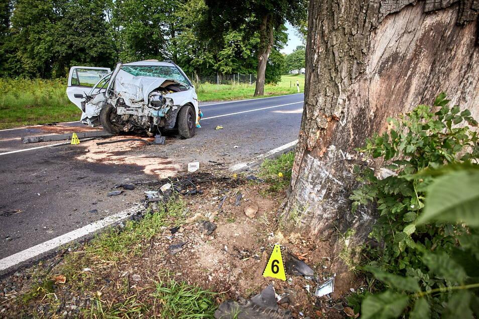 An diesem Baum zerschellte der Opel. Schon vor drei Jahren starb genau an dieser Stelle ein Autofahrer nach einem Unfall.