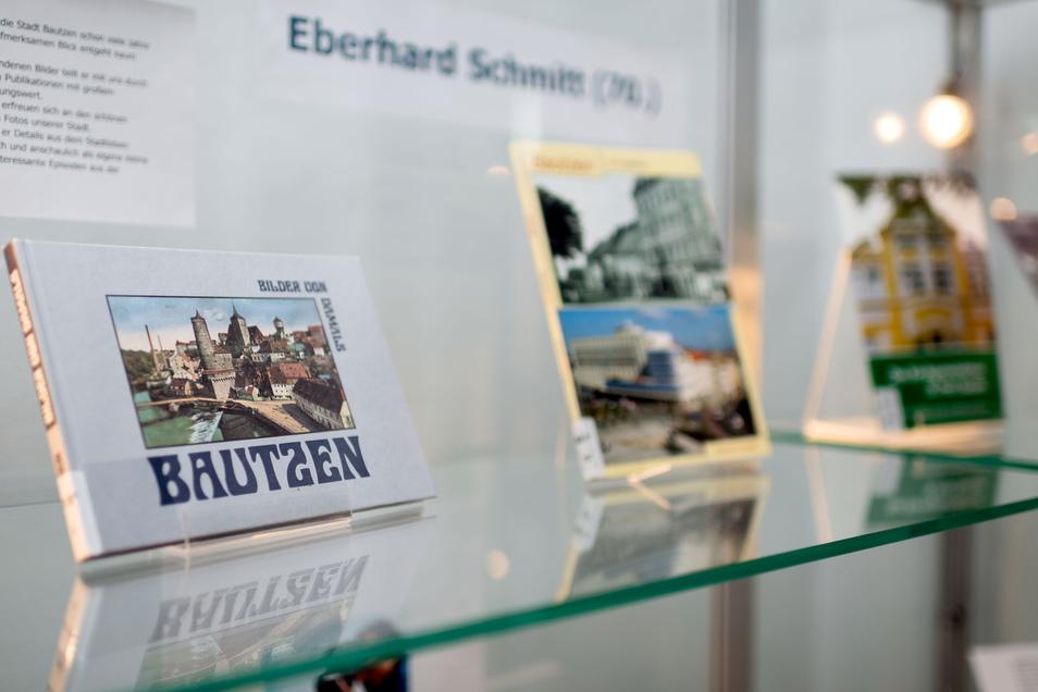 In den Vitrinen in der Bautzener Stadtbibliothek sind unter anderem einige Bücher von Eberhard Schmitt ausgestellt.