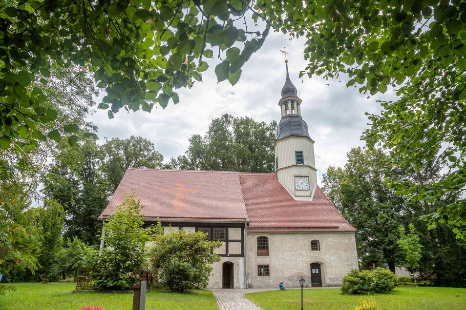 Die Kirche in Kosel bekam 2012 ein neues Kirchendach und der Turm wurde saniert. Zwei Jahre später ist die Innenmalerei restauriert worden.
