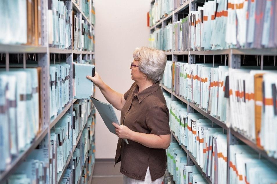 Urkundsbeamtin Ronny Löbner zieht aus dem Archiv des Grundbuchamtes eine von rund 80.000 Akten, die dort untergebracht sind.