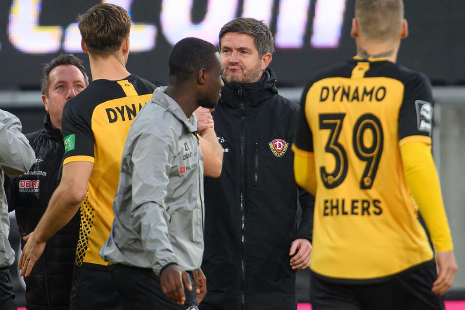 Dynamos Sportchef Ralf Becker (Mitte) ist mit dem Kader sehr zufrieden, einen Umbruch bei Aufstieg werde es deshalb nicht geben.