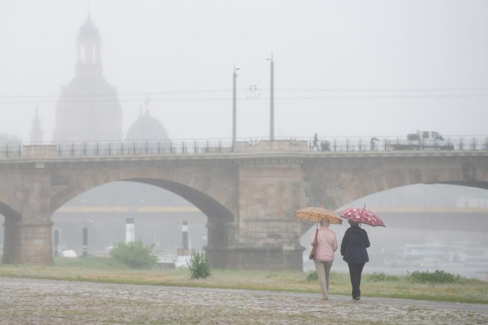 Richtig unangenehm fing diese Woche an. Doch nicht jeder fand das kühle Regenschirmwetter gruselig. Meteorologen rechneten damit und haben dafür auch eine Erklärung.