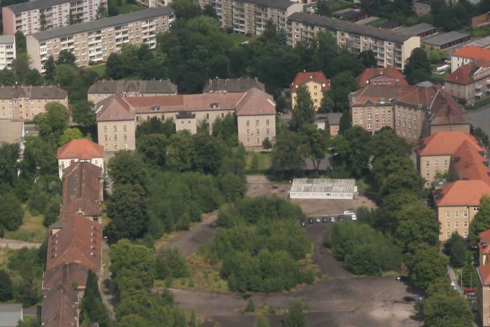 Der Villingenring 2 (oben, am Rand des Platzes) in Zittau ist inzwischen abgerissen worden. Nun soll die Kaserne, Villingenring 4 (2. Gebäude von oben am Rand des Platzes) fallen.