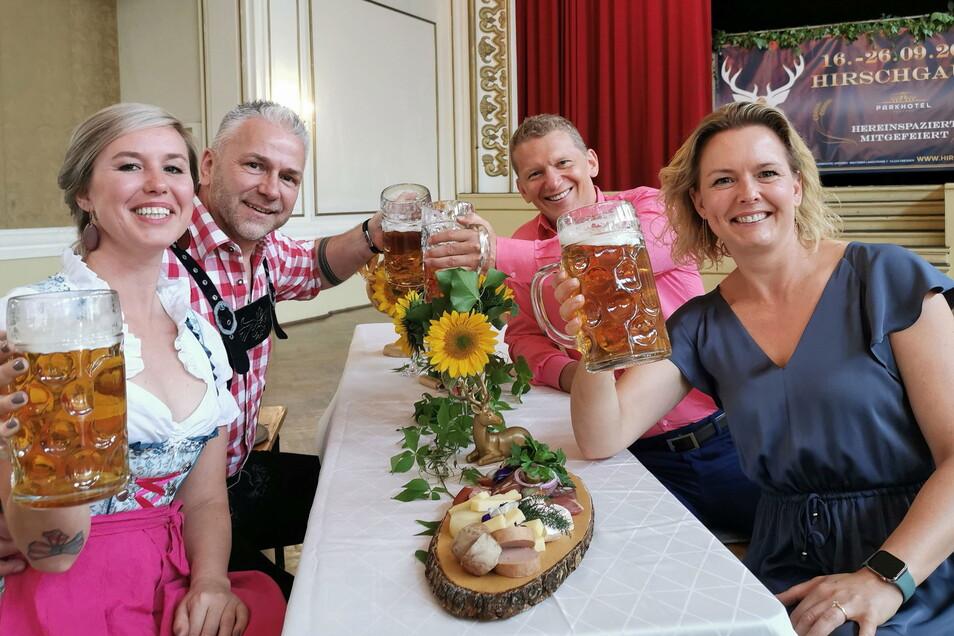 Sie laden zur Hirschgaudi in den Ballsaal des Parkhotels: Annemarie Gromoll, Markus Pexa (links), Jens und Mandy Hewald (rechts).