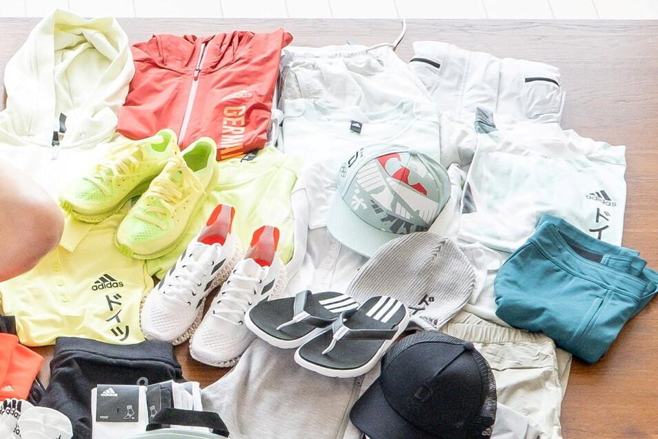 """Von der mitgebrachten Freizeitkleidung wird wohl einiges unbenutzt die Heimreise antreten. Ausflüge zu anderen Wettkämpfen, Spaziergänge, Shoppingtouren – wegen Corona ist alles verboten. """"Die kurzen Hosen gefallen mir nicht so, die werde ich privat siche"""