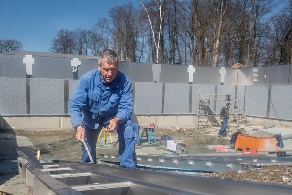 Ein Mitarbeiter der Firma ESM kümmert sich um die Einströmkanäle im Becken.