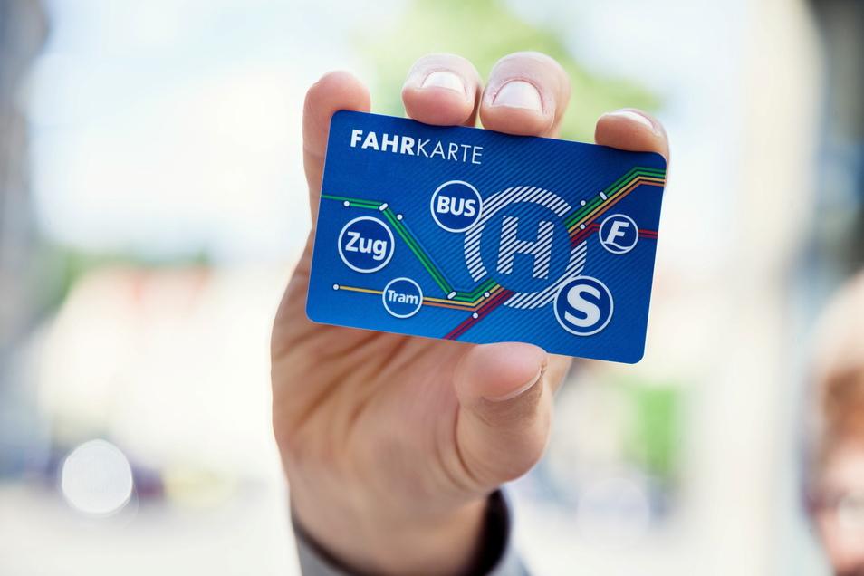 Das Plasteteilchen hat viele Vorteile: VVO und Zvon schließen jetzt Lücken in ihrem Netz und führen schrittweise im gesamten gemeinsamen Gebiet eine digitale Fahrkarte ein.