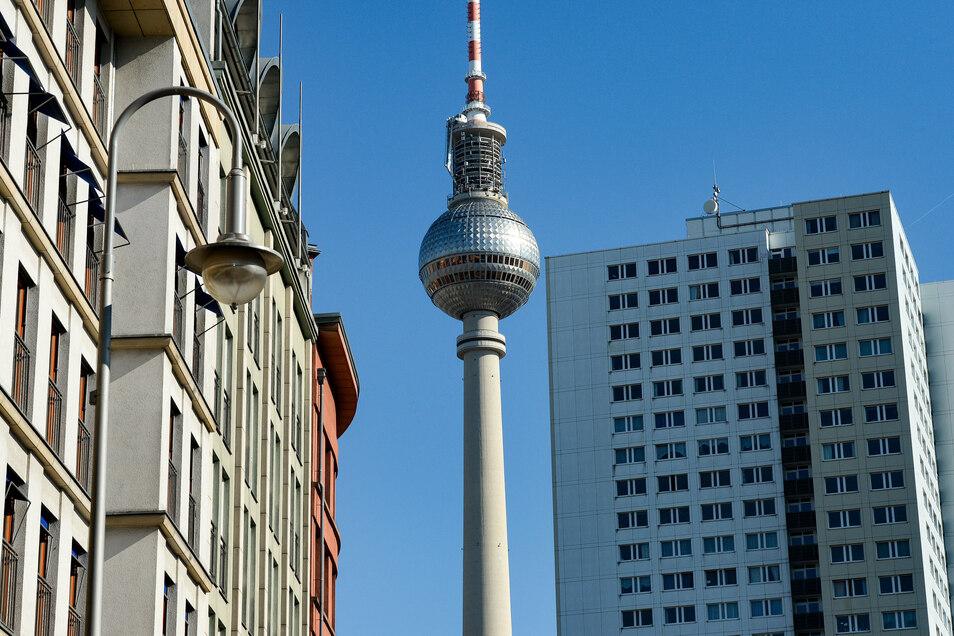 Der Berliner Fernsehturm ist zwischen sanierten Altbauten und einem Plattenbau-Hochhaus zu sehen.