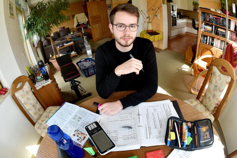 Benjamin Pohl büffelt zu Hause Physik. Der Oderwitzer gehört zu den Abiturienten des Zittauer Christian-Weise-Gymnasiums, für die nächste Woche die Prüfungen beginnen.