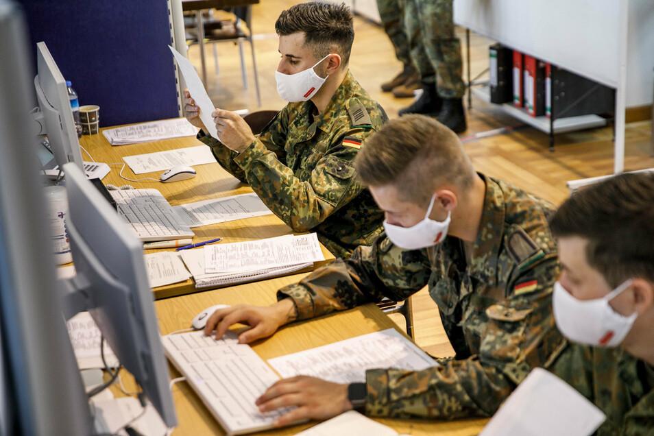 Soldaten des Wachbataillons beim Bundesministerium der Verteidigung werten im Gesundheitsamt Berlin-Mitte die Daten zur Corona-Kontaktverfolgung aus.