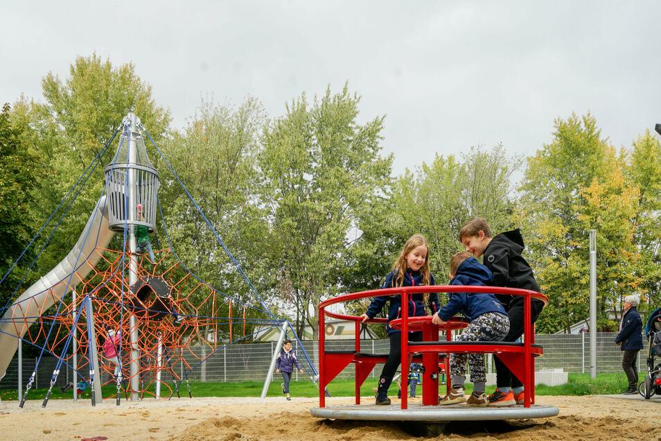 Der neue Spielplatz im Bautzener Stadtteil Gesundbrunnen wurde zur Eröffnungsfeier gut besucht. Er hat für alle Altersgruppen etwas zu bieten.