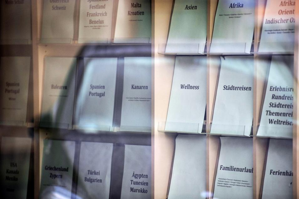 Nur noch die Schriftzüge erinnern an einstige Hochglanzkataloge, aus denen dann im ehemaligen Reisebüro auf der Schloßstraße ein Ziel ausgewählt werden konnte.