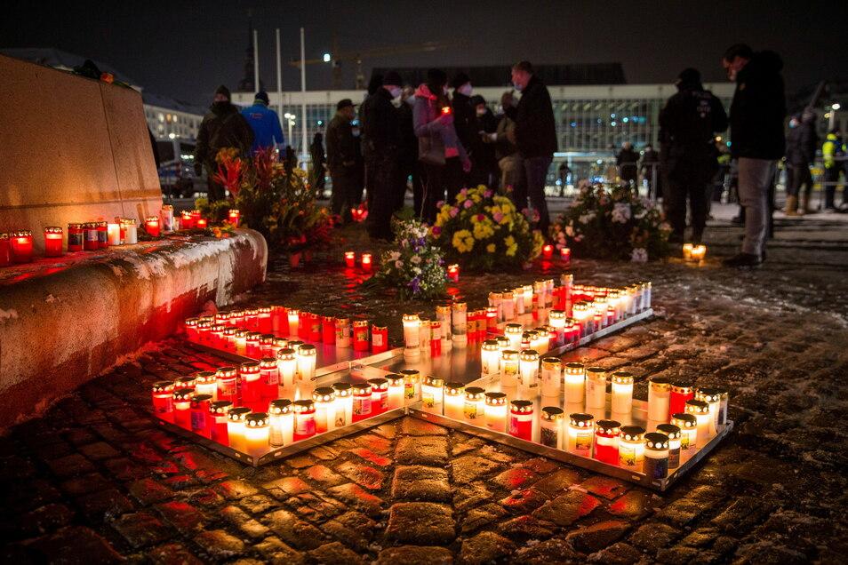 Die Gedenkstelle auf dem Altmarkt am Abend des 13. Februar.