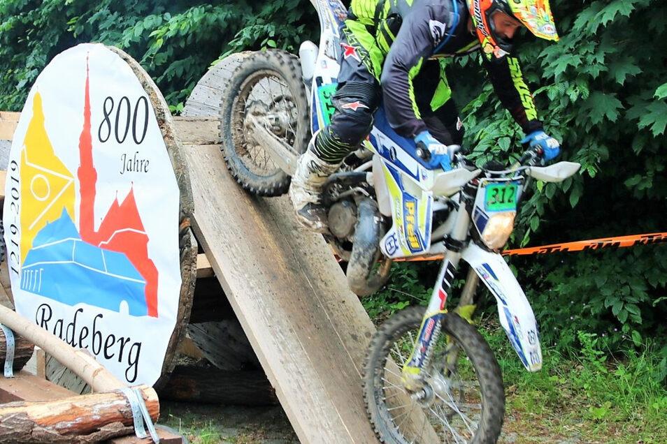 Akrobatisches Geschick zeigten die Fahrer an den Hindernissen. Aus Anlass der 800-Jahr-Feier Radebergs war an dem Parcours das Logo der Bierstadt zu sehen.