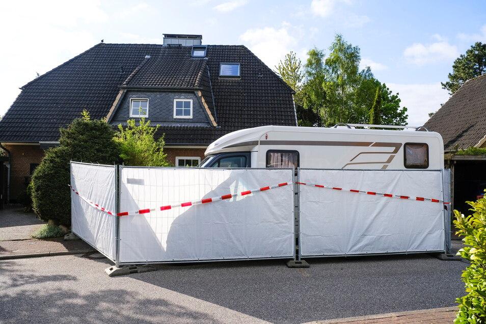 Schleswig-Holstein, Dänischenhagen: Ein Absperrzaun umgibt das Haus, in dem am Mittwoch zwei Tote gefunden wurden.
