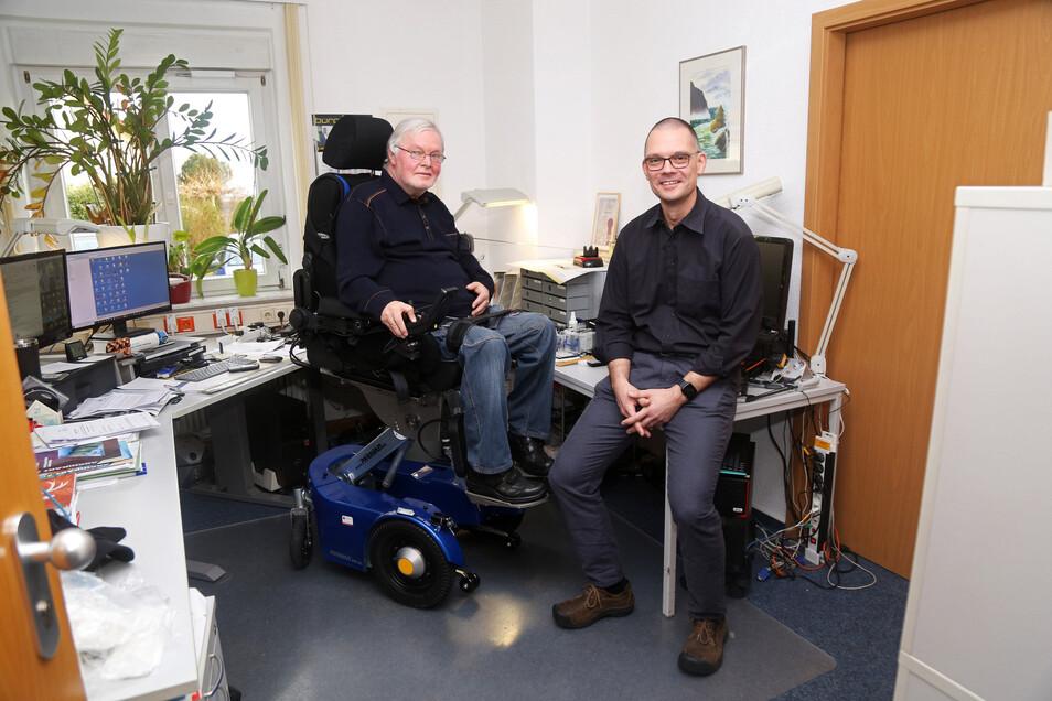 Jörg Freitag (links) und Bürgermeister Ralf Hänsel plaudern auf Augenhöhe. Durch eine hydrauliche Hebefunktion des neuen Elektrorollstuhls ist das möglich.