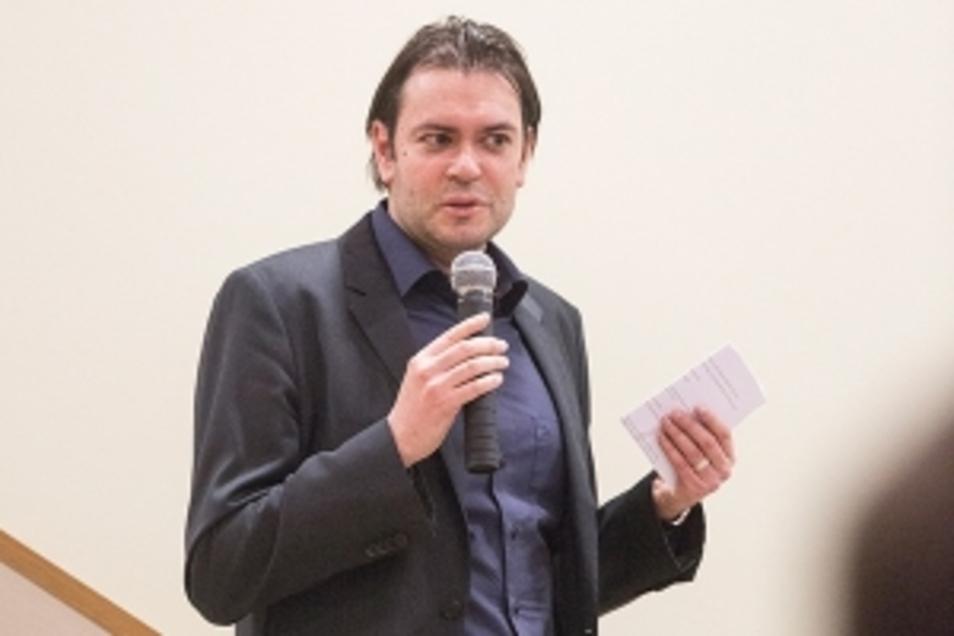 René Seidenglanz, Professor für Management der Kommunikation, schreibt seinen ersten Roman.