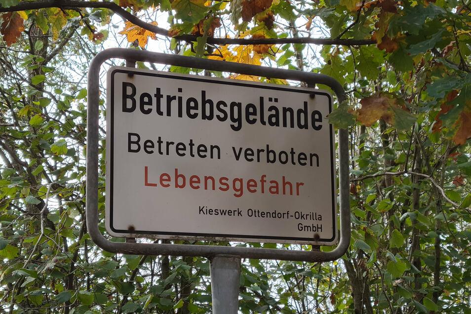 Ein Warnschild steht an der Kreisstraße zwischen Ottendorf und Würschnitz, die am Kieswerk vorbeiführt. Im Sommer ist dahinter ein (illegaler) Badeort, im Frühjahr und Herbst eine (ebenfalls illegale) Moto-Cross-Piste.
