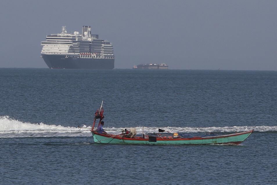 """Das Kreuzfahrtschiff """"Westerdam"""" ist in den Gewässern vor Kambodscha unterwegs. Nach einer medizinischen Kontrolle sollen die ersten 600 Passagiere das Schiff am Donnerstag verlassen. Insgesamt befinden sich 2.300 Menschen an Bord."""