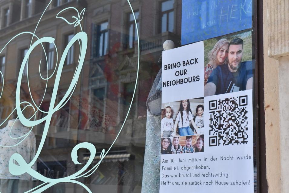 """Auch in dem Schaufenster des Stoffladens """"Landfee"""" hängt in der Pirnaer Innenstadt ein Plakat, das auf das Schicksal der abgeschobenen Familie I. hinweist."""