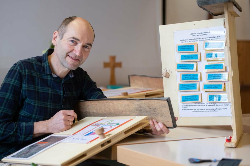 """""""Chaoszimmer"""" nennt Holger Pötschke den Raum im Kirchgemeindehaus, in dem er derzeit die letzten Feinheiten für seinen Themenweg erledigt."""