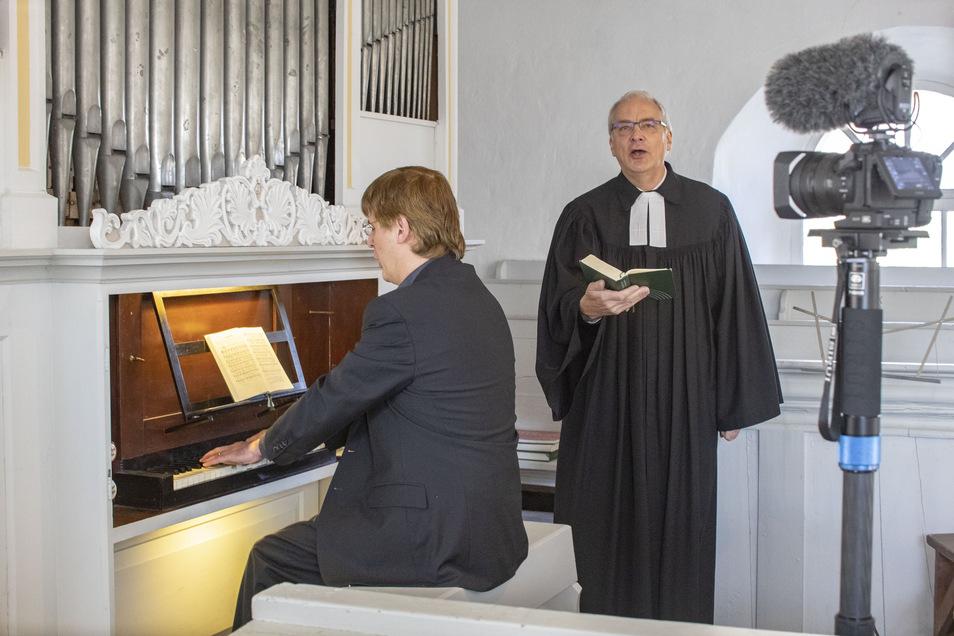 Pfarrer, Kantor, Kamera: Hier wird der Karfreitagsgottesdienst in der Kirche Mautitz aufgezeichnet - mit dem Riesaer Pfarrer Johannes Grasemann und Kantor Sebastian Schwarze-Wunderlich.