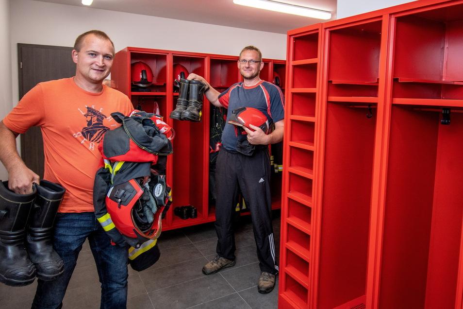 Daniel Bull und Marco Reichelt haben ihre Einsatzkleidung im neuen Feuerwehrgerätehaus in Bockelwitz eingeräumt. Ab sofort rücken sie wie alle Helfer der Ortswehren von Naundorf, Naunhof-Beiersdorf sowie Clennen von dort zum Einsatz aus.