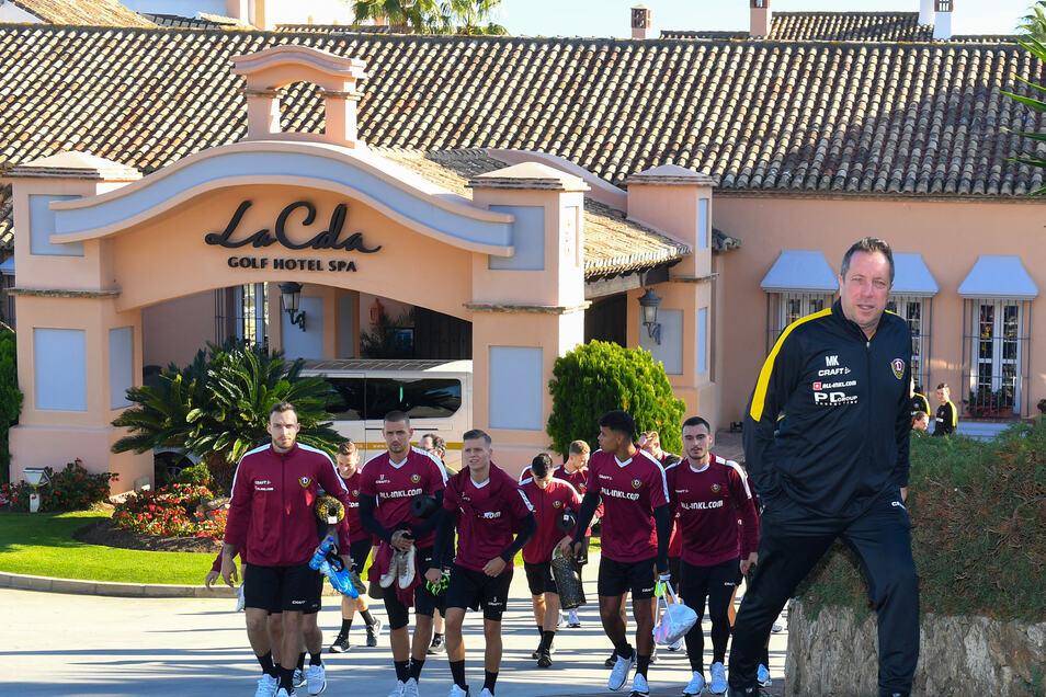 Der Trainer geht voran, die Spieler folgen ihm. So soll es nicht nur vorm Mannschaftshotel funktionieren, sondern die gesamte restliche Saison.
