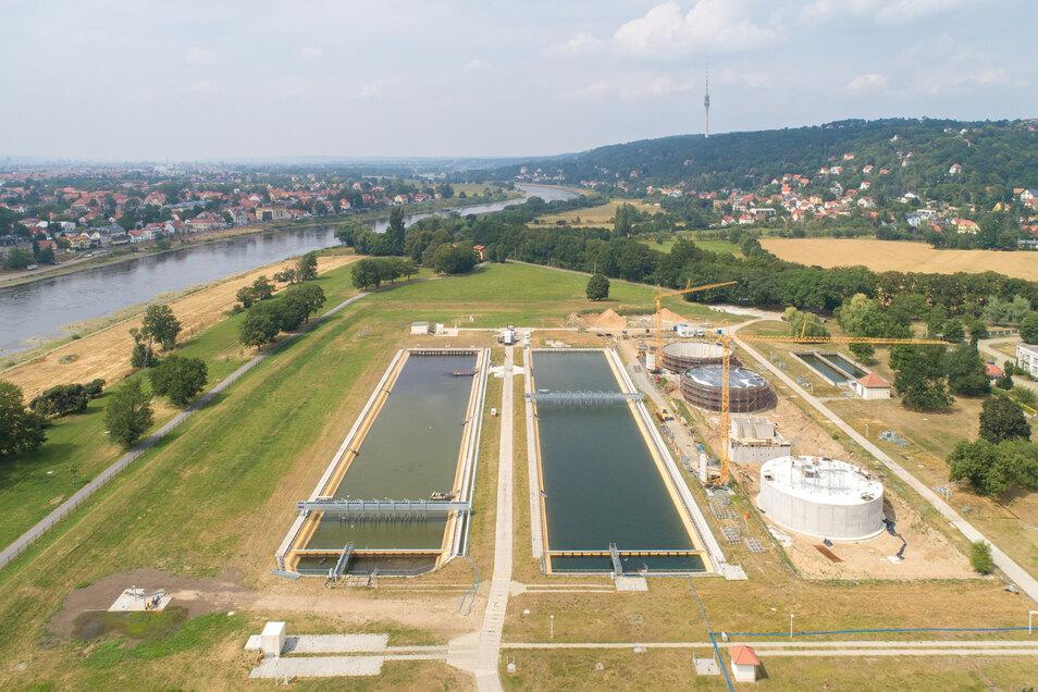 In den beiden Becken des Wasserwerks setzt sich bei der Vorreinigung der Schlamm ab. Gut zu sehen sind die benachbarten Speicher, die derzeit gebaut werden.