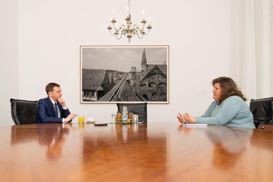 Sachsens Ministerpräsident Michael Kretschmer befragt in der Staatskanzlei in Dresden Annette Binninger, Politikchefin der Sächsischen Zeitung.