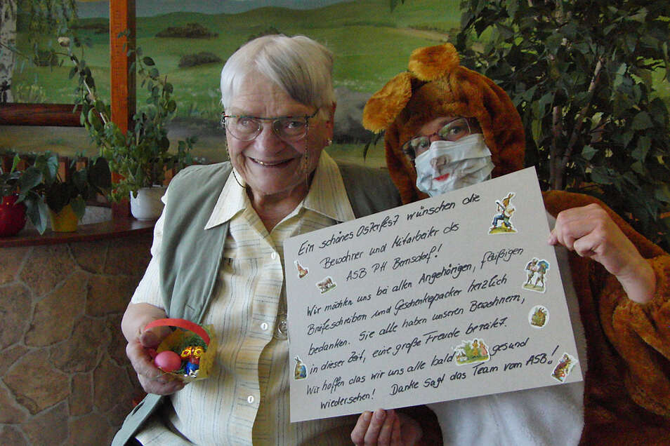 """Annelise Reschke aus dem Pflegeheim """"Am Schmelzteich"""" in Bernsdorf freute sich über das kleine Osternest und die von vielen Briefe-Schreibern verfassten Ostergrüße. Sie, die anderen Bewohner und die Mitarbeiter des Hauses sagen """"Danke""""."""
