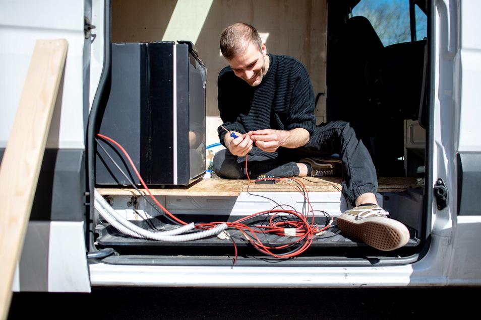 Hannes Wehrmann verbaut die elektrischen Bauteile.