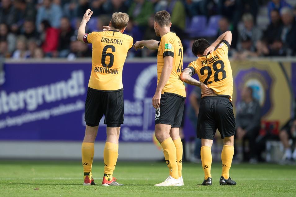 Die Dresdner Marco Hartmann (l-r), Florian Ballas und Baris Atik in Aue.