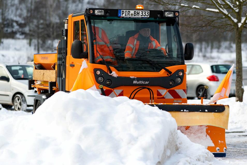 Neuer Multicar beim Winterdienst auf dem Elbeparkplatz in Bad Schandau.