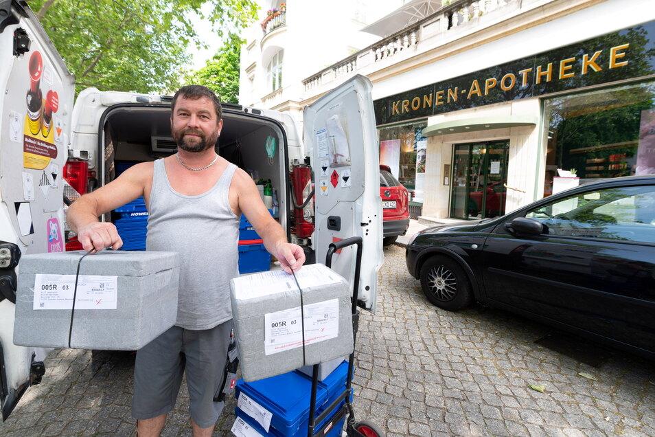 Dirk Keller, Spediteur für den Großhändler Noweda, liefert die Impfdosen in der Kronen-Apotheke ab.