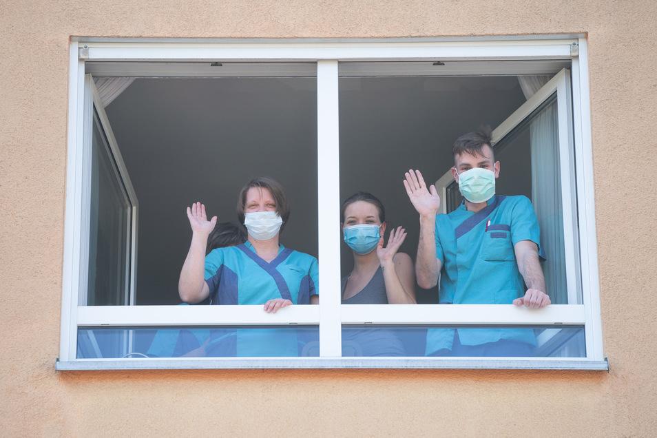 Pfleger, wie hier in Dresden, haben derzeit nicht immer einen schönen und ruhigen Beruf. Durch Corona hat sich ihr Alltag teilweise massiv geändert. Ein Treffen mit Freunden? Ausgeschlossen, um eine Infektion zu verhindern.