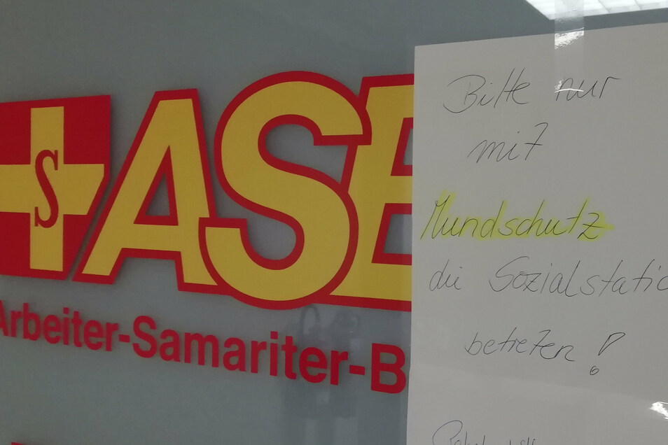 Mit einem handgeschriebenen Zettel werden Besucher des ASB-Pflegezentrums auf Hygieneregeln hingewiesen.