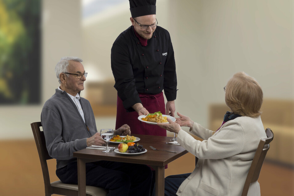 Fürs Foto schon mal schick gemacht: Mit einem speziellen Menü will man im Riesaer Azurit-Seniorenhaus den Bewohnern Abwechslung in Corona-Zeiten verschaffen.
